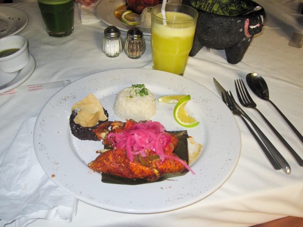 Poulet mexicain, oignons, purée de haricots noirs
